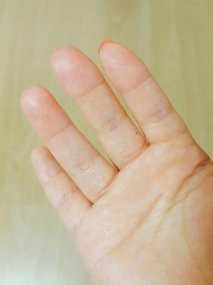 약간 미백크림의 점성이고 그런 느낌예요! 손가락에도 펄이 묻은것처럼 반짝반짝👏
