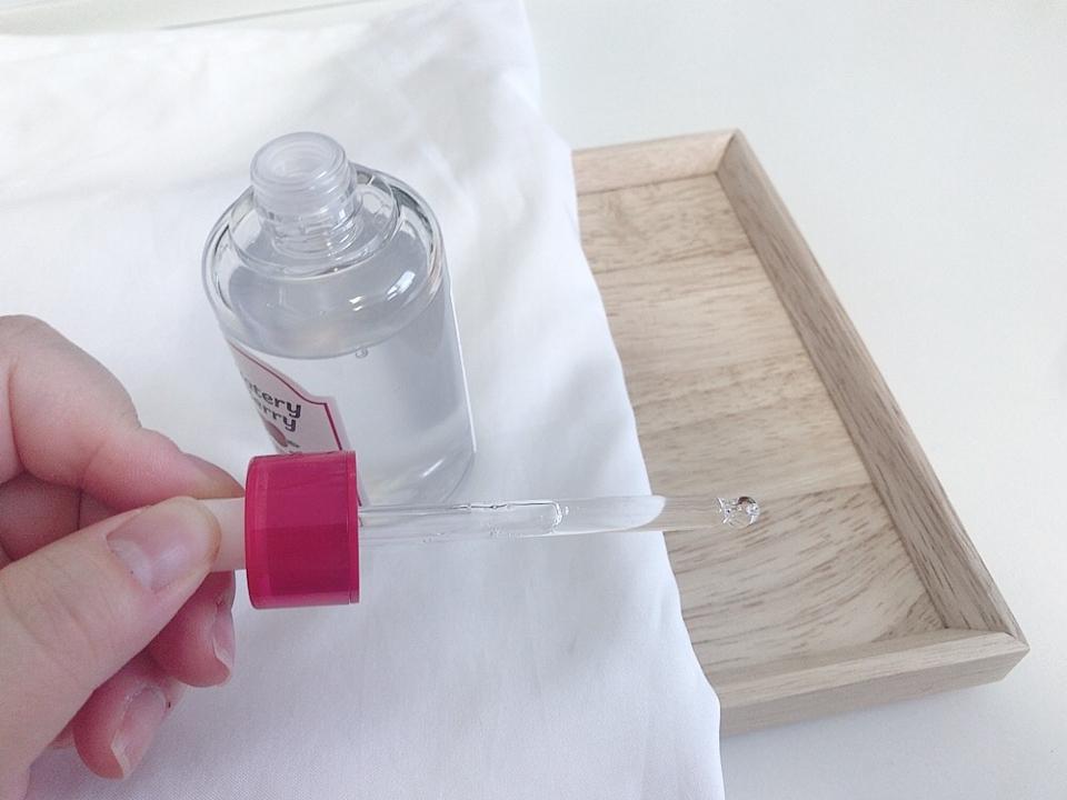 스포이드 제형이라 위생적이고  양 조절하기에 편해요~~  그리고 패키지가  유리가 아니라 플라스틱이라 용기도 가볍더라구요