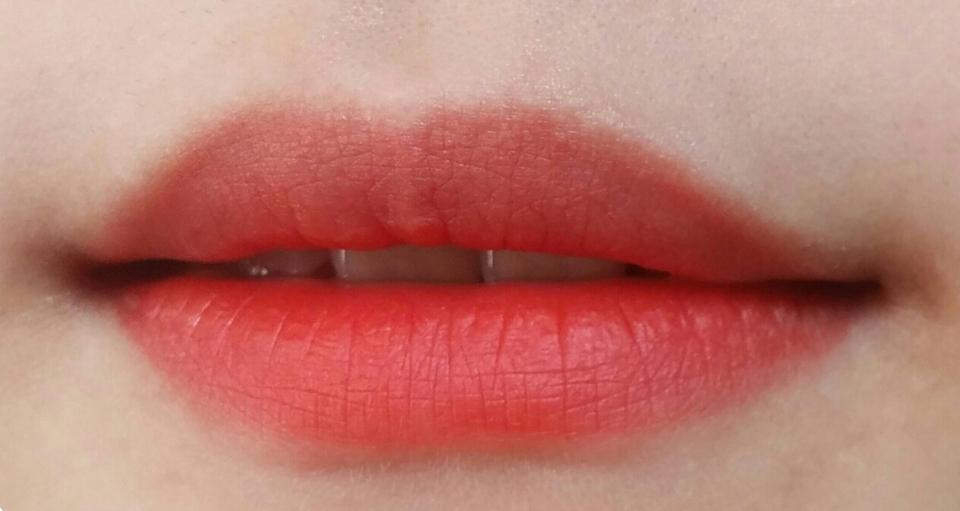 초점이 안맞아서 흐리게나왔지만 다홍빛틴트의 정석컬러이라고 볼수있는 예쁜레드오렌지입니다