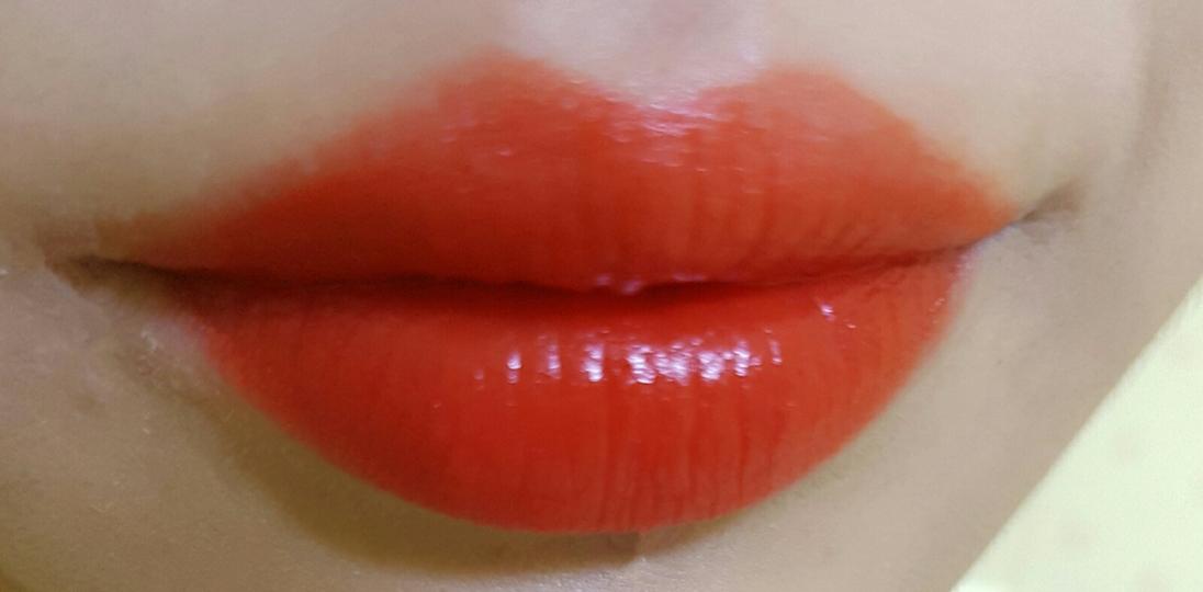 쏘 오렌지-풀립 그라데이션으로발라도 발색이 워낙잘돼서 풀립이랑 비슷비슷해용 글구 내장브러쉬?가 입술선 따기너무좋은거같아용!