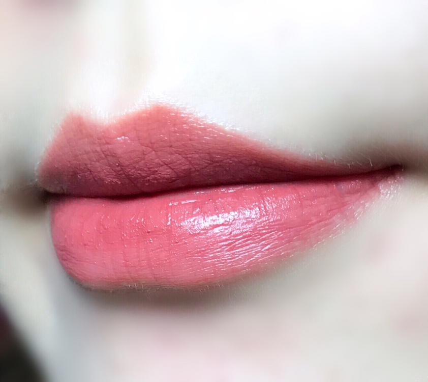 실제로 입술에 바르니 짙은 느낌보다는  예쁜 말린 장미빛이 올라오더라구요 *_*  그리고 각질 부각도 적어서 좋았어요!