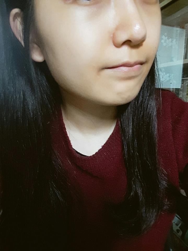 사용전 제 얼굴입니다 ㅜ 전 다크써클과 입주변 착색이 심하고 콧볼주위에 붉은기가 있고 전체적으로 누런편입니다ㅜ