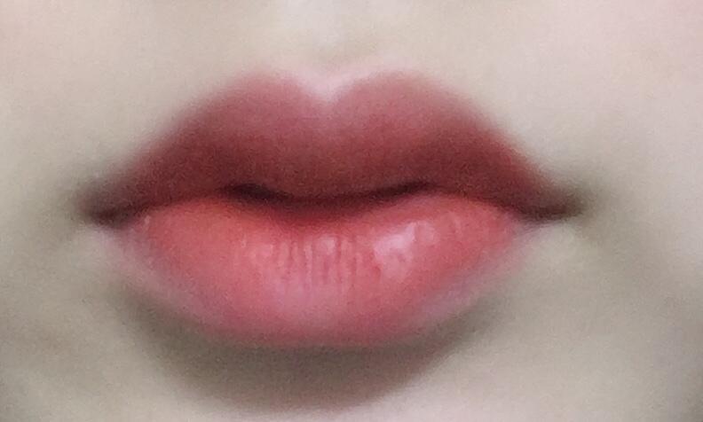 바른 후 ! 부담스럽지 않은 레드오렌지 립이에요 ㅠㅠ 학생메이크업 할때도 쓰기 좋은 색 같아요ㅜㅜ 각질 부각 전혀없어요! 입술에 착 감기는 느낌이에요