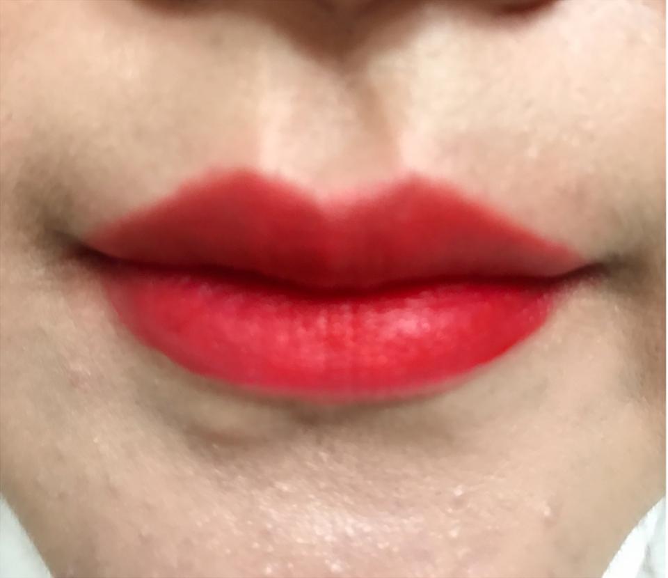 입술에 발라보았을 때 색상은 딱 레드오렌지가 강하게 나타나요!!! ㅎ 입술에서의 색상이 훨씬 이쁘죠~^^ 이 제품은 입술 안쪽에 소량으로 그라데이션 해주어도 이쁘지만, 이렇게 풀립으로 해주어도 저는 예쁘더라구요!! ^^ 💋