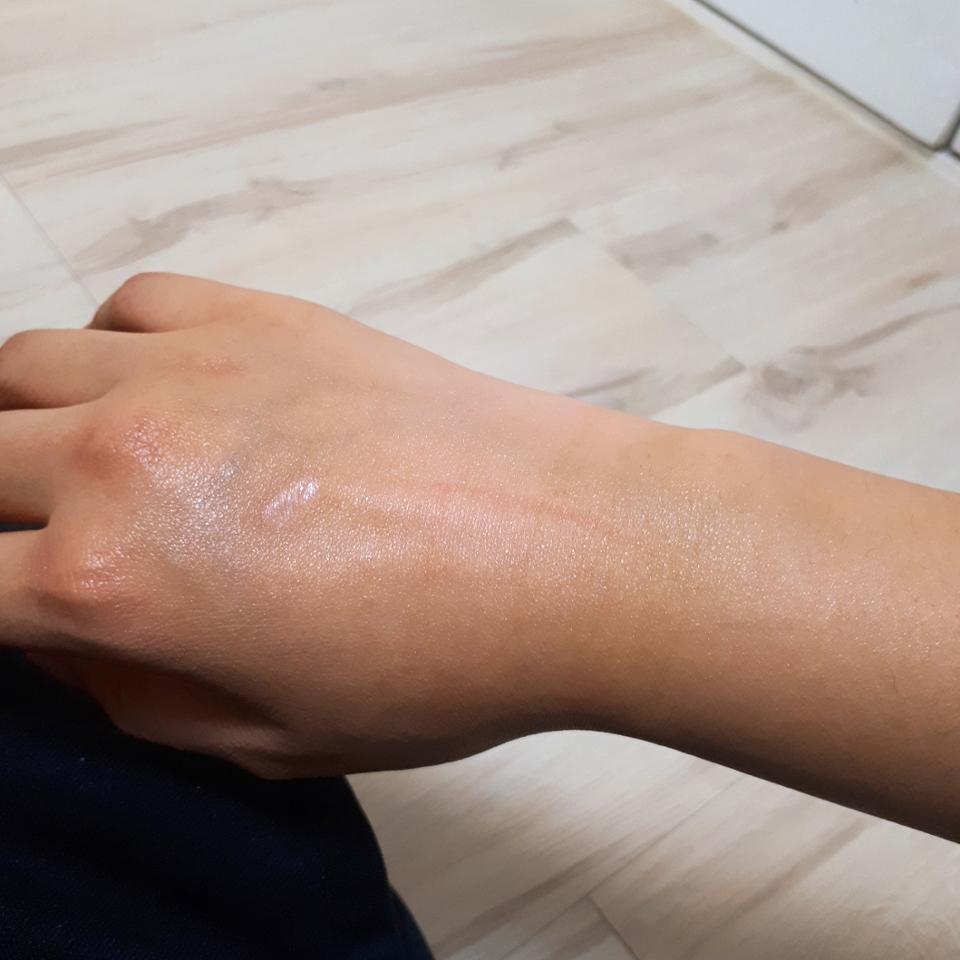 방금 스파츌러로 떴던 그대로 손등에 바른거에요! 굳은 제형이긴하지만 피부에 닿으면 온기때문에 녹아서 되게 촉촉해지는데, 기름지고 코팅 된 느낌이 아니라 그냥 말그대로 촉촉해지는데 흡수/증발하지 않는 촉촉함..?