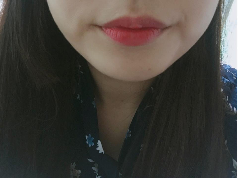 짜잔~ 제 입술에 한번 발라봤습니다. 2~3번정도 풀 립으로 해서 발라봤구요^^ 여러번 덧발라도 색상이 막 튀지않고 예뻐요+.+ 립글로스처럼 촉촉하고 ㅎㅎ 얼굴이 더 화사해 보인다고 해야될까요~??^^ 그라데이션으로 해서 발라도 예쁠 제품인것 같아요