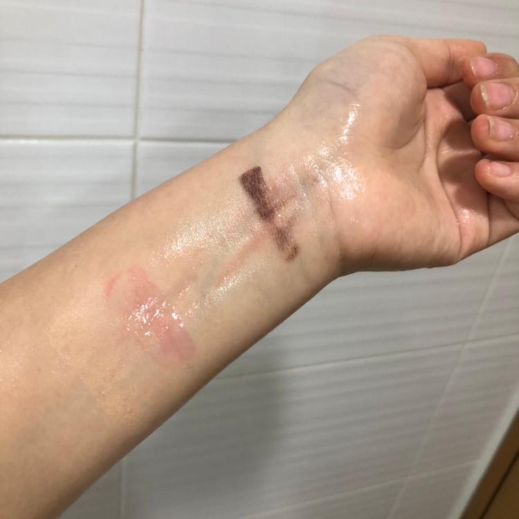 한번 클렌징하고 난 후입니다. 손톱으로 빡빡 문질렀음에도 불구하고 완전히 다 지우지는 못했어요ㅠ