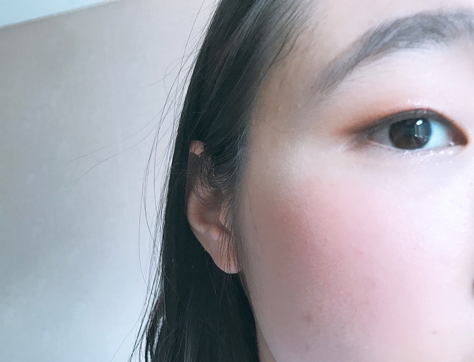 얼굴 발색샷인데 이쁜 피치색상에 얼굴을 환하게 해줘서 너무 잘 사용하는 아이예요 리퀴드타입이지만 경계도 안지고 자연스럽게 블렌딩 되더라구요