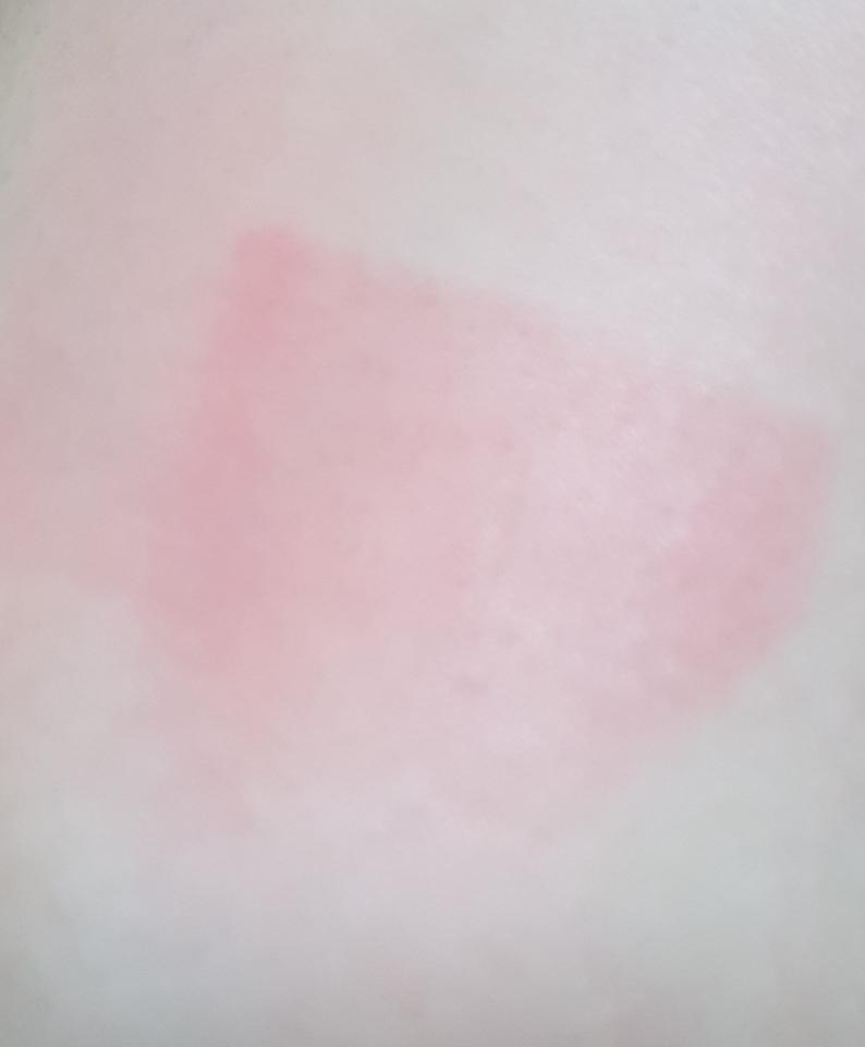 약간에 촉촉한 화장솜으로 아주 열심히 문질렀는데 약간의 여리여리한 핑크빛에 코랄 기운이 남아 있더라고요!😲