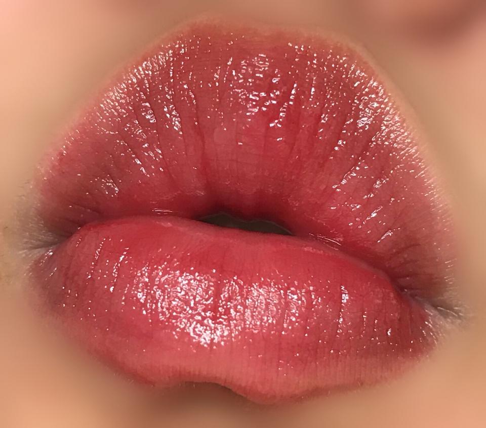 그냥 색깔 없는 니베아 입 제품보다는 확실히 발색이  예뻐서 쓱쓱 사용하기 좋고 입술상태가 안좋아서  따로 립스틱이나 틴트 바르기 어려울때도   니베아케어앤컬러 를 사용하면 더 좋을것같습니당💛    오늘도 저의 리뷰 봐주시는분들 항상 감사드립니다 ❤️