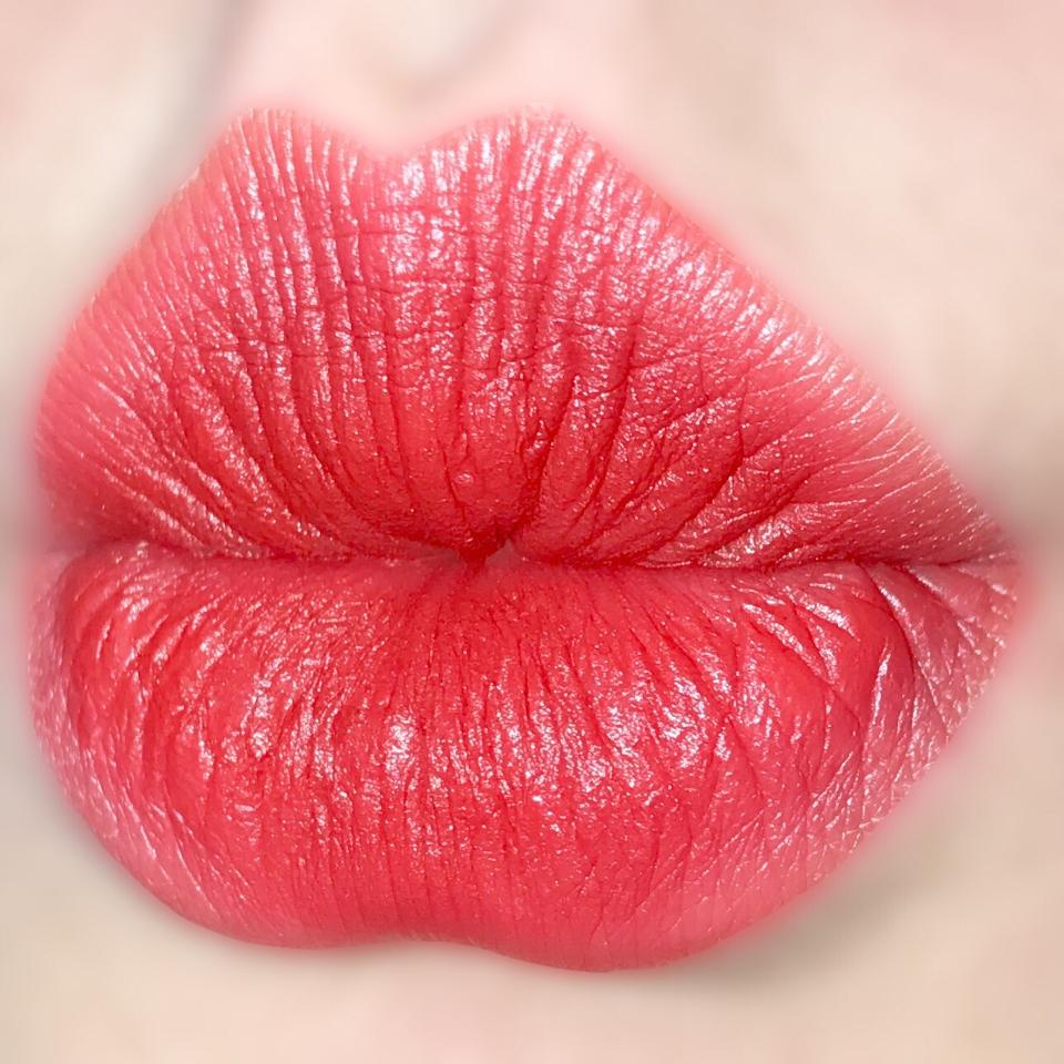 살짝 딥한 느낌의 레드 립스틱이에요!  데일리로 바르기 좋고 얼굴을 환하게 만들어주는 레드 색상이었어요 ㅎㅎ