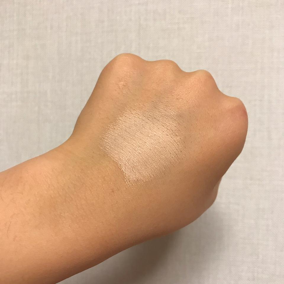 조금짜서 손으로 발라봤는데요! 손으로 했을 뿐인데도 손등에있는 주름..?작은구멍들이라고해야하나 잘매꿔지더라구요 사진에서는 구멍이더잘보이는데 바르기전보다정마루좋아요