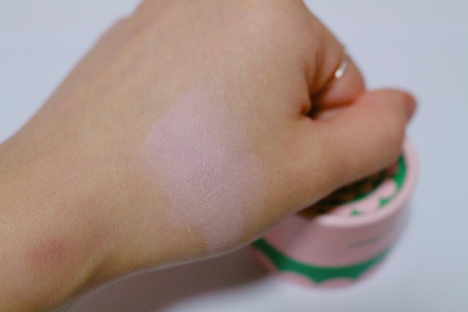 손등에다가 발색을 해봤어요 👋🏻  살짝 흰끼가 도는 핑크 색상이에요~ 핑크핑크하니 진짜 실제로 보면 예뻐요ㅎㅎ