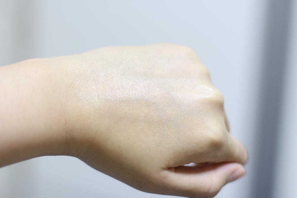 반짝임(?)차이에요! 건성용이 더 반딱거리는데, 피부가 지성이신분들은 지성용이 좋겠죠^^  지성용이라고 금방 날아가는게아니구 둘다 촉촉함이 오래가요! 자신있게 100시간 보습크림이라고 하더라구요