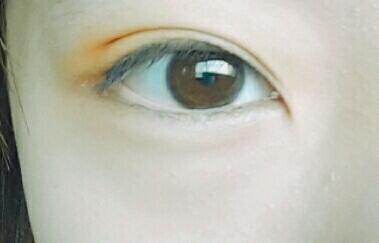 커버오렌지를 눈 윗부분과 삼각존에 살살 발라주세요  👉 커버오렌지 봄웜한테 진짜 물건입니다ㅠㅠ 블러셔로 쓰면 색감 너무예뻐요💜