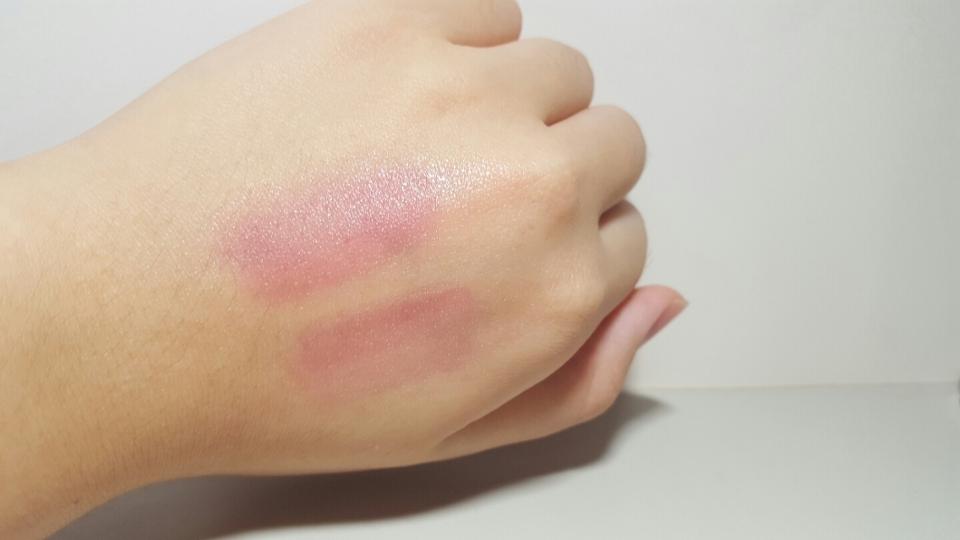 """過一段時間我用衛生紙擦掉,還是有殘留顏色。這支唇釉我建議用""""眼唇""""卸妝產品卸除,因為一般卸妝產品可能還是卸不乾淨。"""