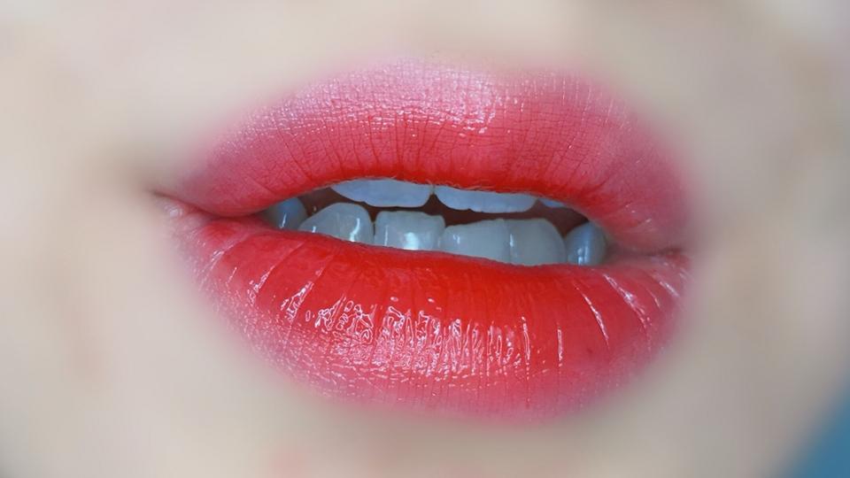크흙크흑큵흑,, 심장에 무리가,, (두번째 코피 팡)  립글로즈의 반짝임과 립틴트의 물들임이 하나의 포뮬러로 반짝임이 오래 지속되는 제품이예요 !!❤️  맑은 🍎사과, 딸기🍓레드 컬러로 발색이 이쁘게이쁘게 됩니당 ~   유리알광택이 또르르 ~ 정말 광택이 이쁘게 돌아요ㅜㅜ👍🏻 잉잉ㅜㅜㅜㅠㅜㅜ