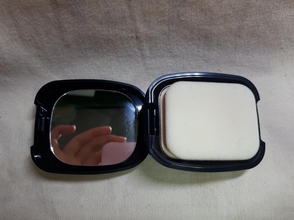 열어보면 거울도 있어요 ! 이렇게 쪼꼬미한 사이즈에 거울 넣어주시다니 감사합니다  다만 한 가지 아쉬운 점이라면 퍼프에 손잡이가 없어요 예.....제가 끊어먹은 거 아닙니다