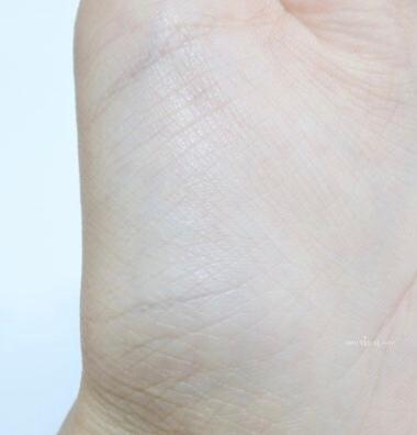 프라이머 -> 촉촉한쿠션 -> 피니쉬파우더  사용하면 모공, 요철 커버도 좋아요🙌🏻 손바닥에 먼저 해보았어요