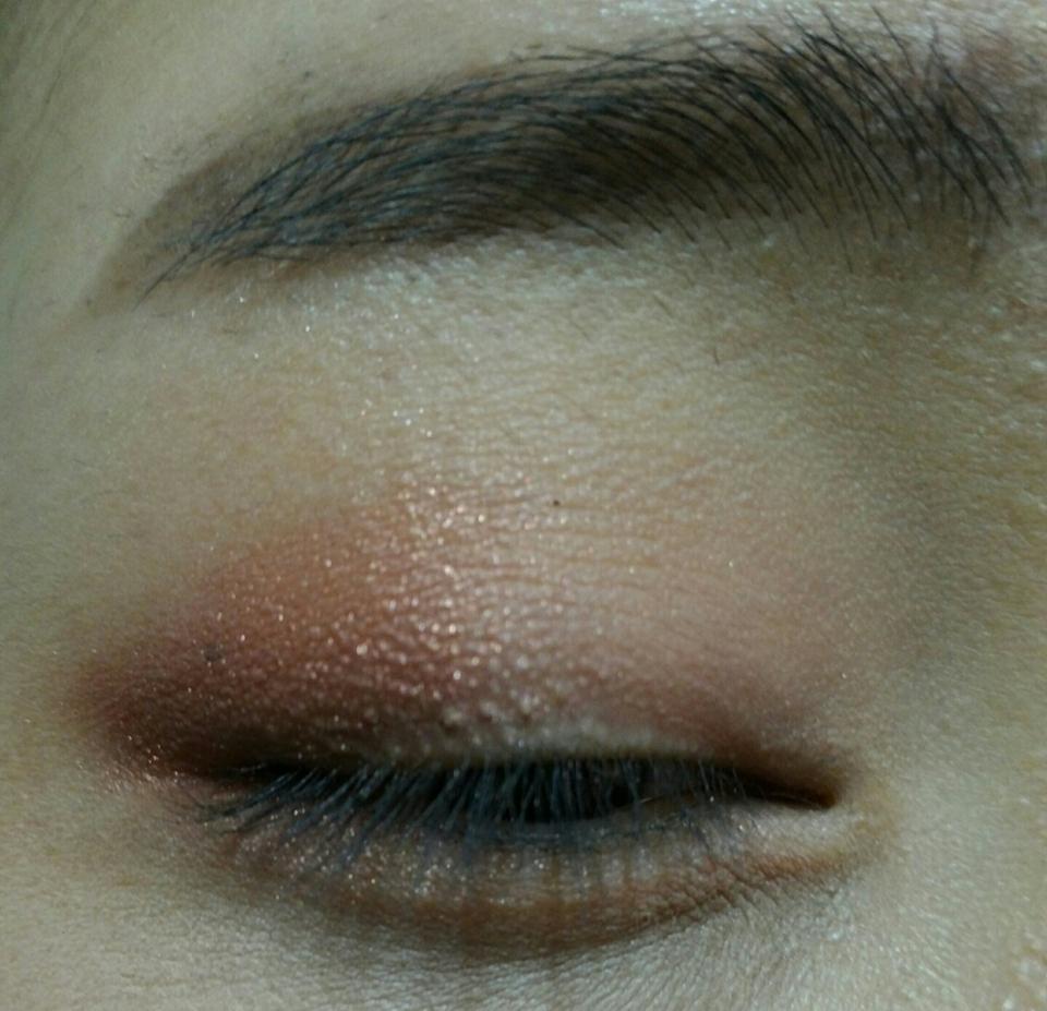 코랄 브라운 색상의 섀도우를 눈동자를 기준으로 해서 뒤쪽 반만 발라주세요  (아리따움 모노아이즈 러브이즈굿)