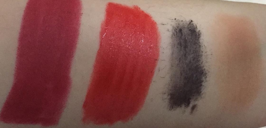 왼쪽부터 립스틱 , 틴트 , 마스카라 , 쉐이딩에요 사실 아라도 넣고 싶었는데 집에 없어서 🙃