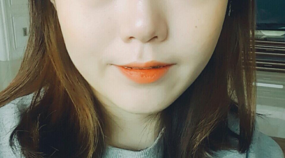 색감을 못 잡아서 너무 아쉽네요😂 부담스럽지않고 여리여리 상큼한 느낌입니다!  오렌지블러셔 정말 많이 써봤지만 커버오렌지가 제일 저렴하고 예쁜 것 같아요. 립: 토니모리 짜릿오렌지+ 레드칠리