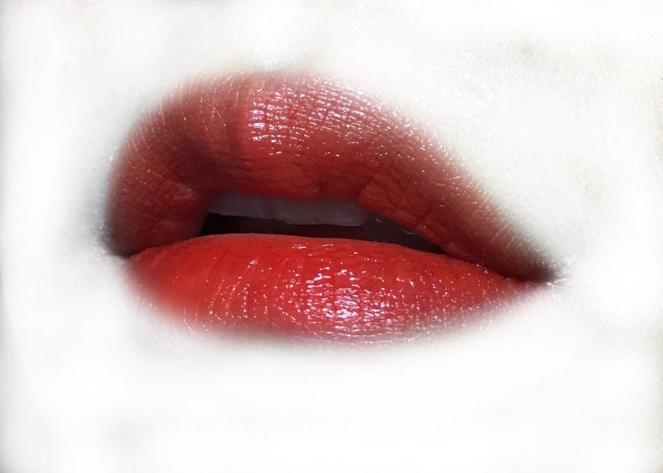 입술에 발라봤는데ㅠㅠ와진짜 너무 예뻐요ㅠㅠㅠ❤️ 원래 립톤은 약간 건조한 느낌도 없지않아 있었는데 HD는 좀 더 글로시한느낌? 촉촉해진 것 같았어요❗️ 진짜 딱예쁜 선명한 레드칠리색ㅠㅠ 칠리색상 좋아하시는 분들 꼭사세요ㅠㅠ💞 제 인생틴트로 등록😘