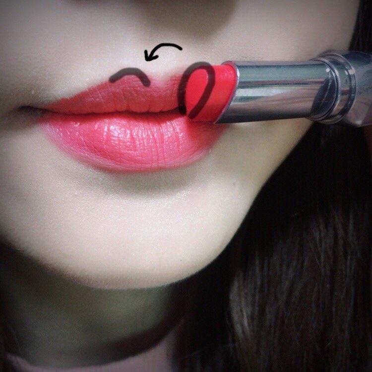 입술 모양살리는 것 항상 애매했는데 립스틱 팁 모양자체가 물방울 모양이라 이부분 채워서 바르기 쉽더라구요ㅎㅎ 이거 정말 간편했어요 짱짱!