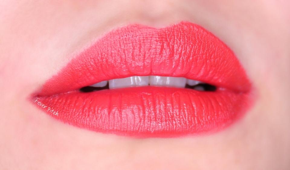 발림성을 설명하자면 거친 파스텔로 입술을 색칠하는 느낌 ,!!!!!!  음,,,, 가루를 압축해놓은 느낌이 강해요 근데 입술에 칠하고보면 발색이 너무 이뻐요   완전 매트하지만 색때문에 취향저격 ,