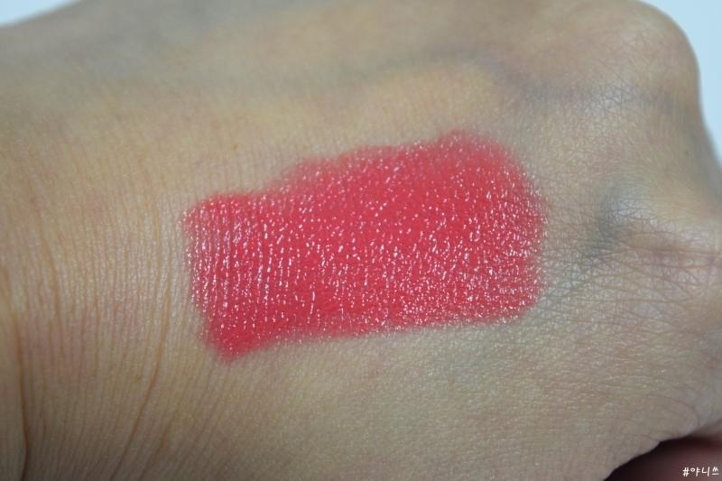 슈에무라 루즈 언리미티드 CR330은무른 제형의 촉촉한 제품이예요 대부분 촉촉한 립스틱 같은 경우에 발색이 여리여리하게 마련인데. 팝코랄은 슈에무라만의 더블 하이브리드 테크놀로지 기술로 본통 색 그대로 발색되는 게 특징. 피부에 촵하고 밀착되면서 아래 피부색 비추는 것도 없이 완벽한 발색을 자랑합니다.