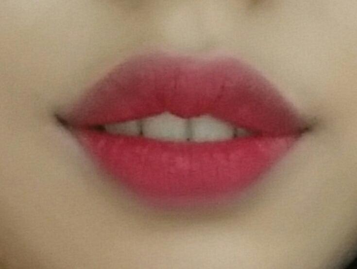풀로바르면 다홍빛이 올라와서 웜톤이 바르기 좋은 핫핑크색이에요 형광끼도 있어서 얼굴이 환해져요><