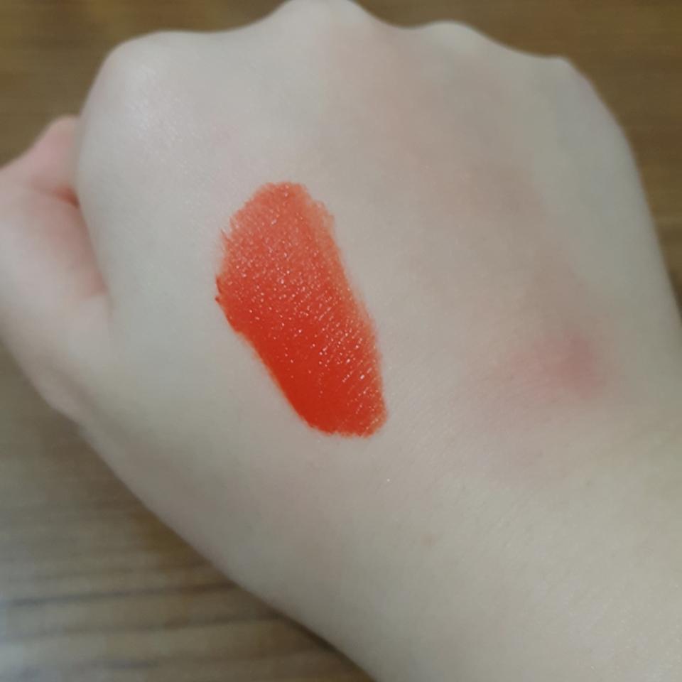 발색입니다~ 예쁜 오렌지레드예요. 다홍끼도 있는거같고 텍스쳐가 말로 설명을 잘 못하겠는데... 음.. 잉크더벨벳과 에어리벨벳을 반반 섞은 느낌이랄까요?