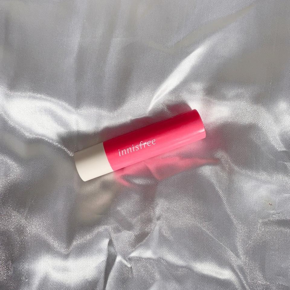 외관은 립 색상과 똑같은 색인 핑크색으로 되어 있구요, 돌리는 부분은 핑크색, 지지대 부분은 하얀색으로 돼 있어요! 이니스프리 로고가 중간에 심플하게 박혀있답니다 👍
