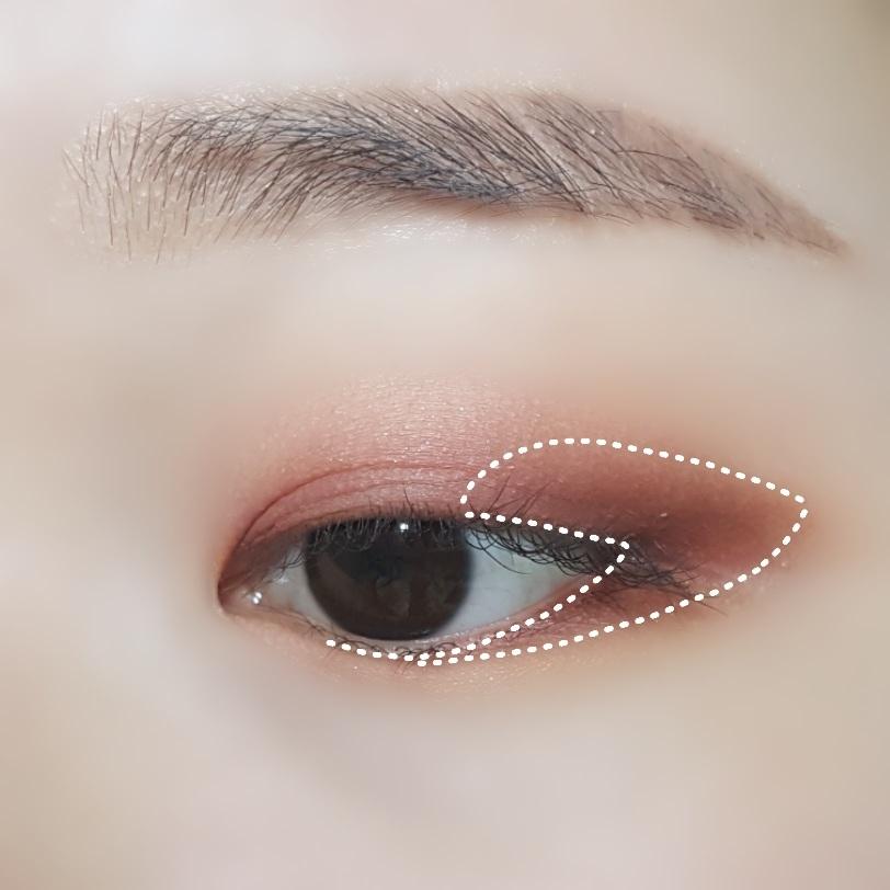•에뛰드 하우스 - 룩 앳 마이 아이즈_ 융드레스 보라빛이 도는 오묘한 갈색 섀도우를 표시한 부분에 발라주세요