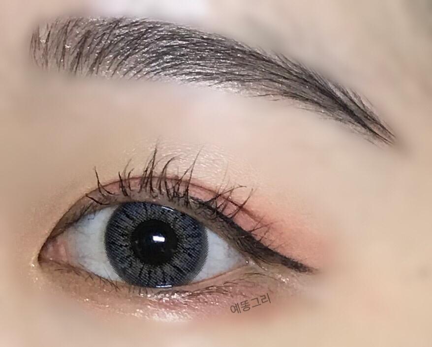 착용후  자연스러운 그레이 컬러의 렌즈입니당 엄청 튈정도로의 밝은 그레이는 아니고 차분해서 시크해보이는 렌즈입니다