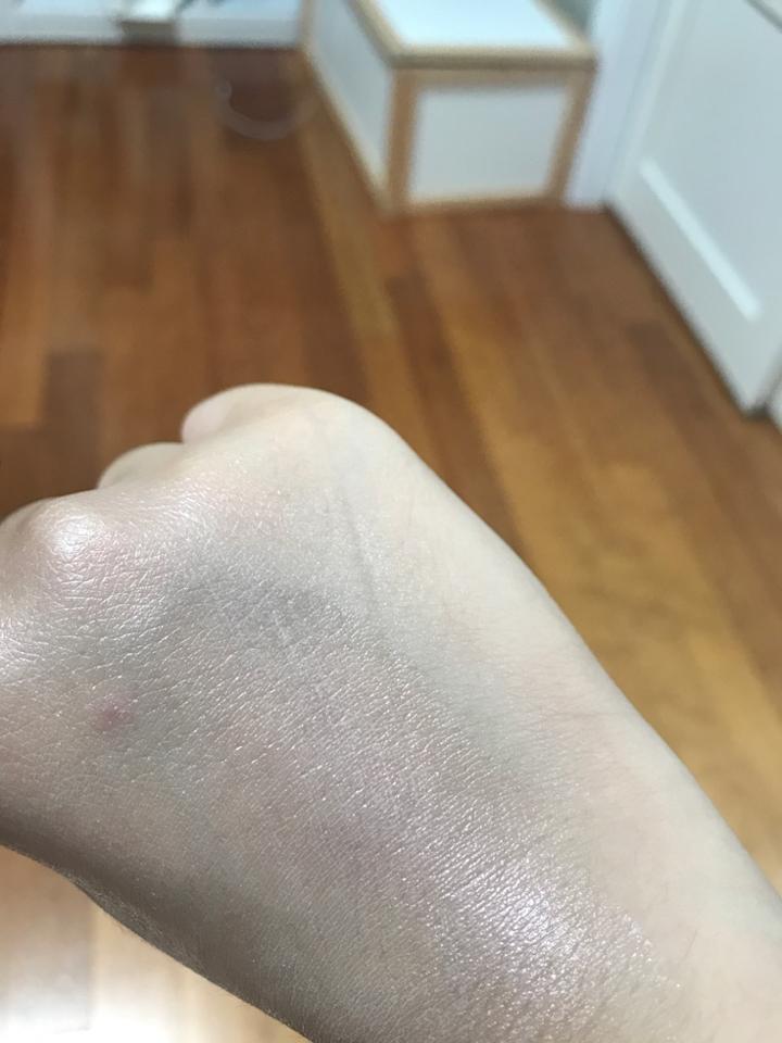 바르고 난 후 입니다!! 모공도 상당히 잘 막아주는 편이예요!!  뭉침 없이 자연스럽게 물광광채피부를 만들어주는 피부타입상관없이 자극없이 살 수 있는 하이라이터 사고 싶으시다면 이 뉴스킨 쉬머링크림!! 적극 추천입니다