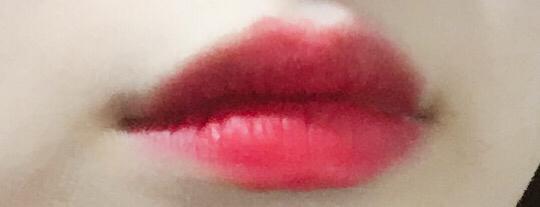 입술 발색컷이에요 !  딱 바르는 순간 얼굴이 맑아보이는 색상이에요   저는 항상 바르기전에 립밤이나 촉촉한 립스틱을 먼저 바른다음에 맥 루비우 립스틱을 발라줘요ㅜ  저한테는 너무 매트한 느낌이 들어서 립밤없이는 못바르고 있어요!