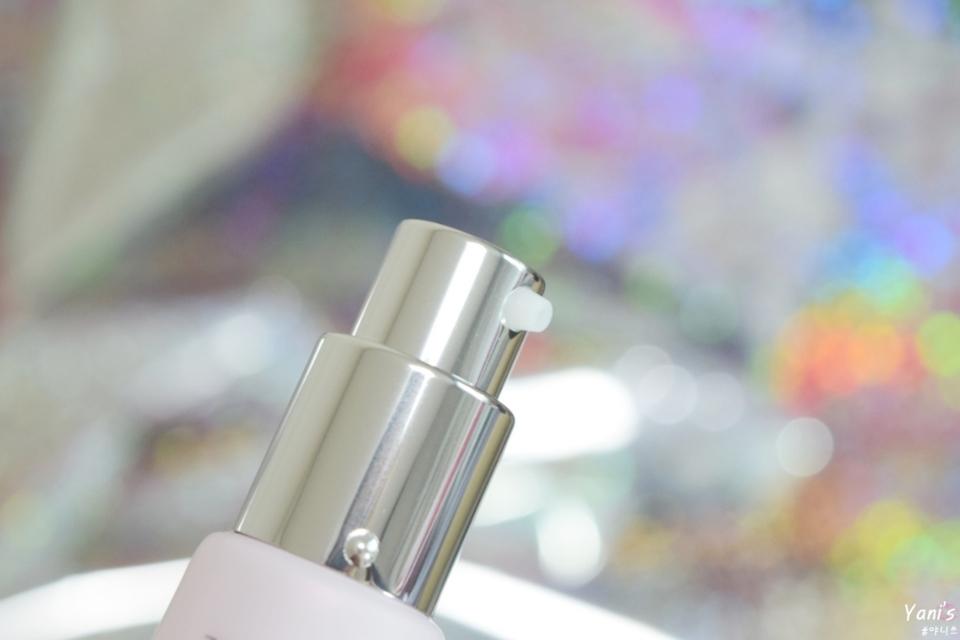 미백 주름개선 자외선차단3중 기능성 제품으로 펌핑형이여서 사용하기 간편하고 양조절도 쉬운 편이예요