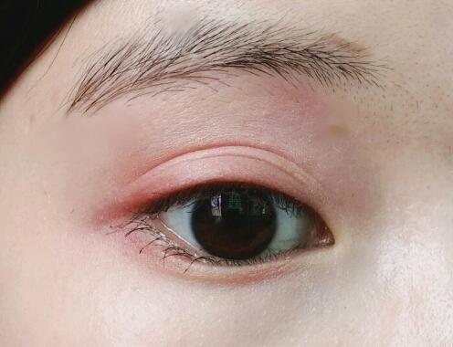 눈두덩이,눈앞머리에는 09 러블리걸스 쌍꺼풀라인,눈뒤쪽에는 15트와일라잇 을 바른 부끄러운 제눈