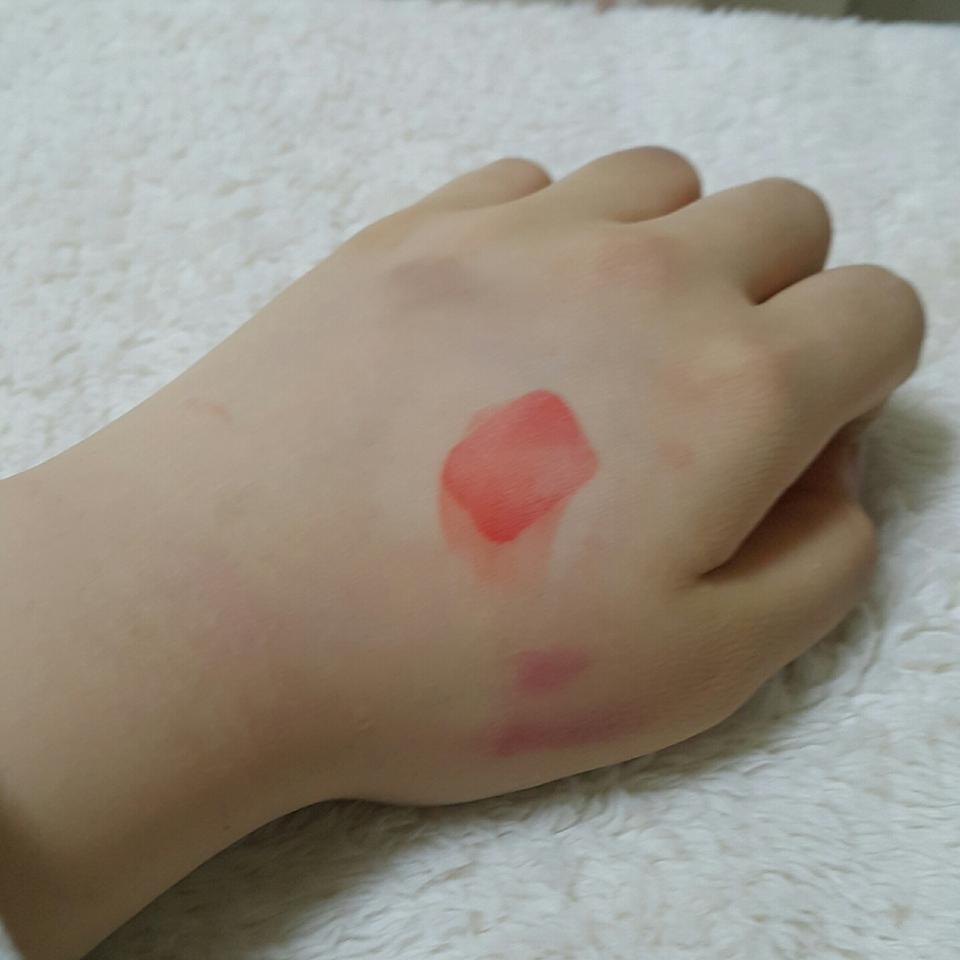 바른지 3~40초 만에 화장솜으로 세게 닦아냈어요!  정말 많이 남아있더라구요..ㅎㅎ 왜그리 립톤이 착색이 좋다좋다 하는지 알거같았어요!