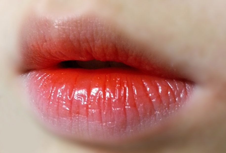 짜잔~ 그라데이션 발색입니당 입술에 톡톡 얹어주면 발랄하고 생기있어보여서 전 개인적으로 그라데이션을 더 추천해드려요! 데일리로 바르기 정말 좋습니다!