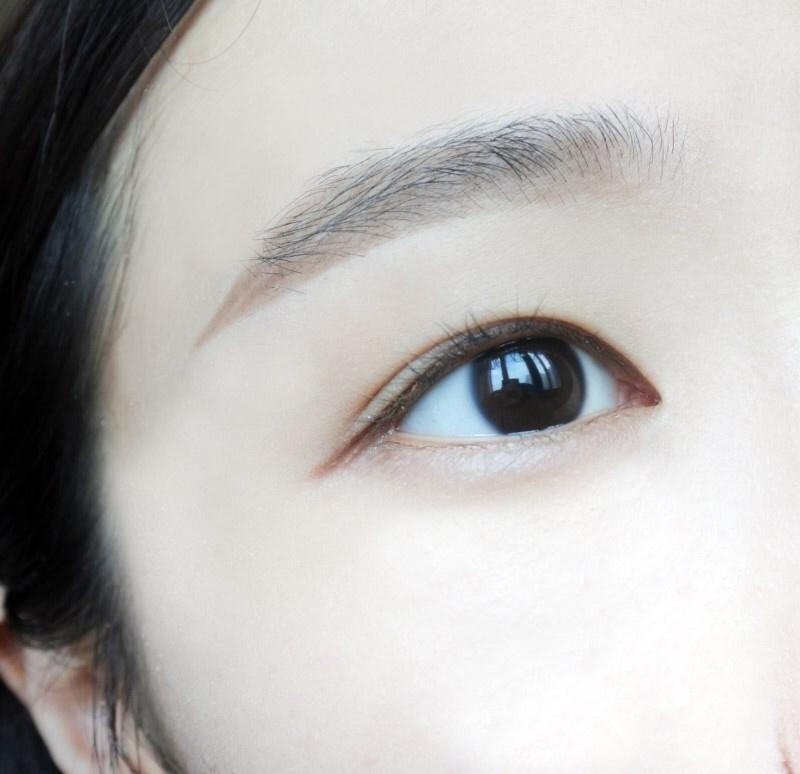 캐러멜 눈에 발라보았어요! 부드러운 인상을 연출해주고 답답해보임없이 눈길이를 연장해주는 느낌입니다