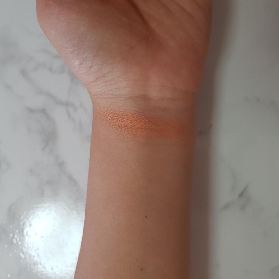 건강해보이는 오렌지빛에 골드펄이 들어있는 블러셔예요!