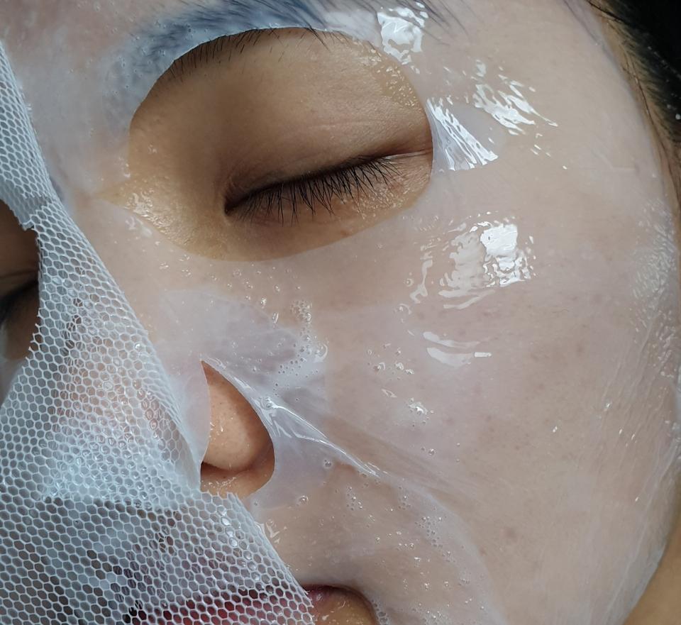 초밀착  얇은 바이오셀룰로오스 시트 마스크팩이에요.  피부에 정말 빈틈없이 초밀착하는건 물론 아모레 특허로   녹차유래 우산균을 활용해 만들어서 피부의장벽을강화하고 방어력을높여주는 전투력 최강 팩이입니다.