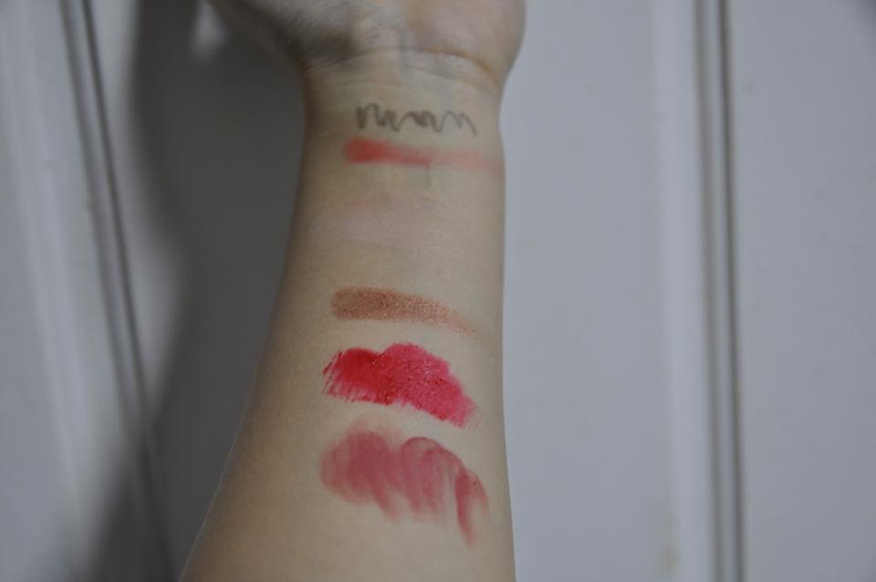 아이라인.블러셔,파운데이션,섀도우 ,틴트 ,립스틱 순이에요!! 이것들을 지워보겠습니다 (컬러가 궁금하시면 댓글 주세요!)