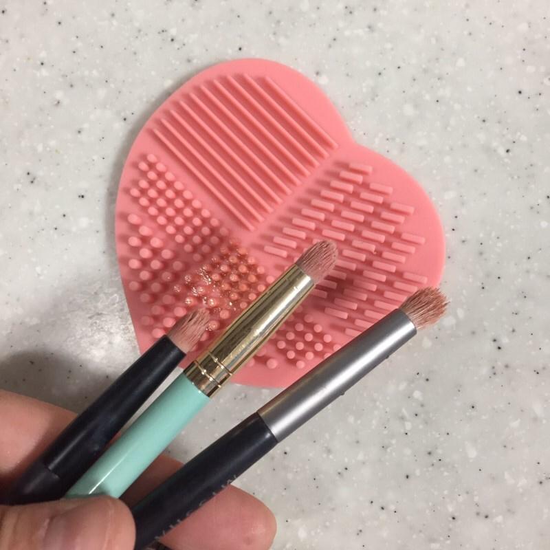 브러쉬에 물묻히고 비누나 샴푸등을 이용해 문질문질하고  브러쉬 클리닝 패드에 비벼준 후 !  물로 세척하면 끝