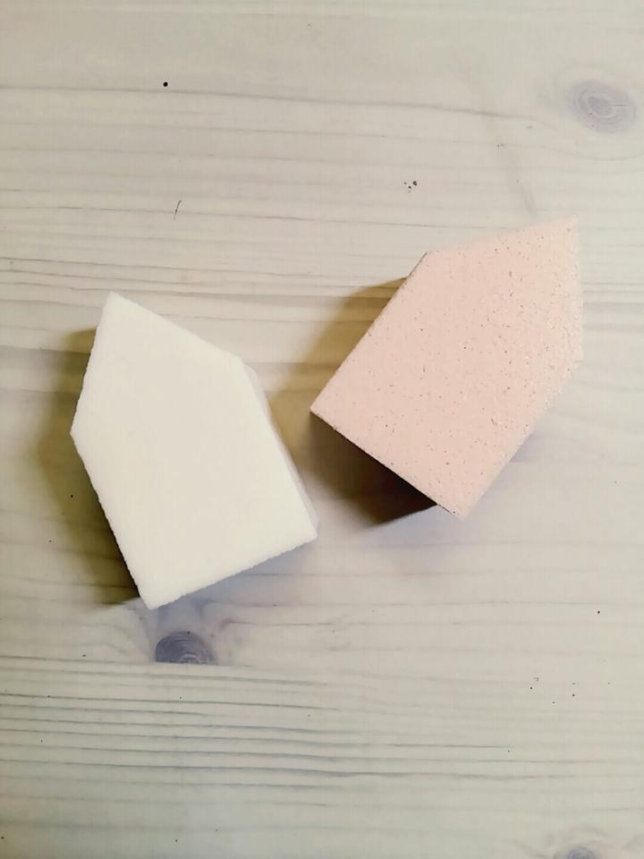 퍼프구성이 6개에요! 하우스형 퍼프입니다! 하나는 하얀색 또 다른 하나는 베이지톤에 살색입니다~ 무난하죠? 1000원에 6개면 로드샵에서는 똑같은 갯수에 1500원인데 500원 굳었네요! 공병보다 더 저렴하게 느껴지네요💘