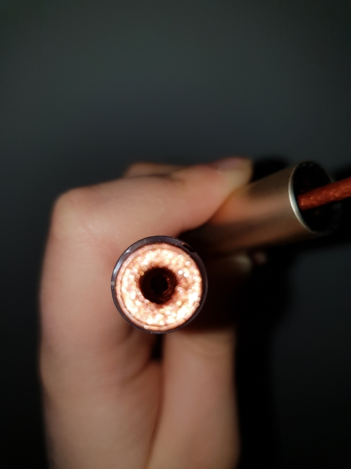 입구쪽에는 내용물을 조절할수있게 조금한 구멍도있네요!!  이때 조명을 키고 찍은사진인데 펄감이 크구 펄색도이뻐서 정말이뻐요ㅠㅠ 03오렌지 토파즈는 내용물에 주황빛 배이스가 들어있는것같았어용