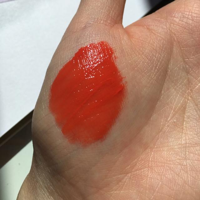 손바닥 발색📷(조명o)  뽝 오렌지 색상이 아니고 약간의 레드 색상이 섞여있어요! 오렌지 색이 더 강해서 오렌지 좋아하시는 분들께 추천드려요!ㅎㅎ