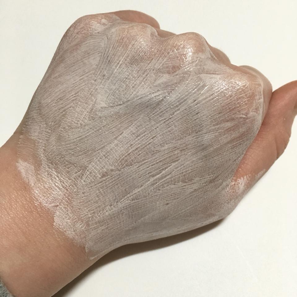 피부에 얇게 펴바르면 이런 느낌인데 굉장히 입자가 촘촘해요! 그리고 금방 피부에 밀착돼서 쫀쫀해져요!